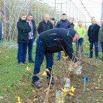Peter Stremer erklärt den Anbau von HASKAP auf dem Versuchsfeld der LWK
