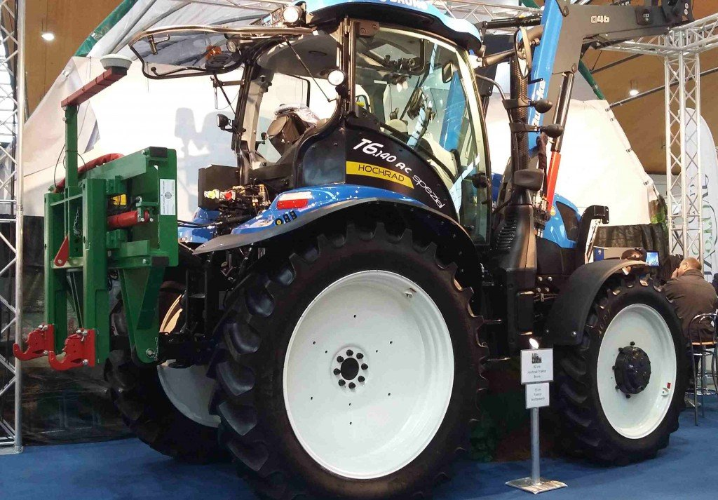 Mit 90 Zentimetern Bodenfreiheit: Der preisgekrönte New Holland Hochrad-Traktor T6 der August Bruns Landmaschinen GmbH.  Foto: Tanja Dolic