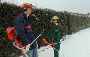Mit dem Freischneider ging es wetterbedingt nicht ans Grün, dafür aber in den Schnee: die Übung war dennoch nützlich
