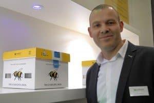 Jeroen Hovens mit dem prämierten Hummelnestbox