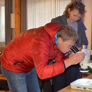 Blick durchs Mikroskop: Ralf Nörthemann und Eva Jansen
