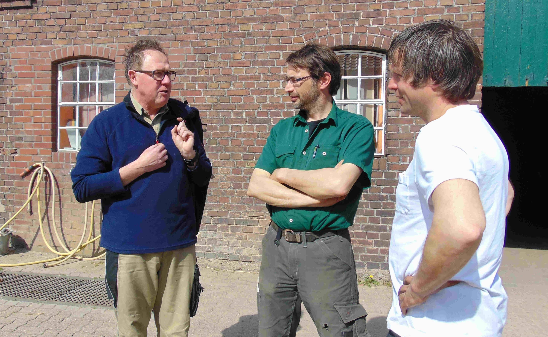Betriebinhaber Dirk Buchmann und seine rechte Hand Michael Nierkamp vom Spargelhof Schulte-Drevenack freuen sich auch schon auf die Schulung ihrer Erntehelfer durch Ralf