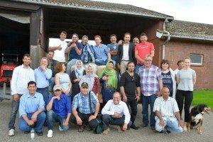 Gut gelauntes Gruppenbild: Familie Stuhr (stehend, vorne rechts) kann sich durchaus vorstellen, mit geflüchteten Menschen zusammenzuarbeiten. Foto: LWK Niedersachsen, Walter Hollweg