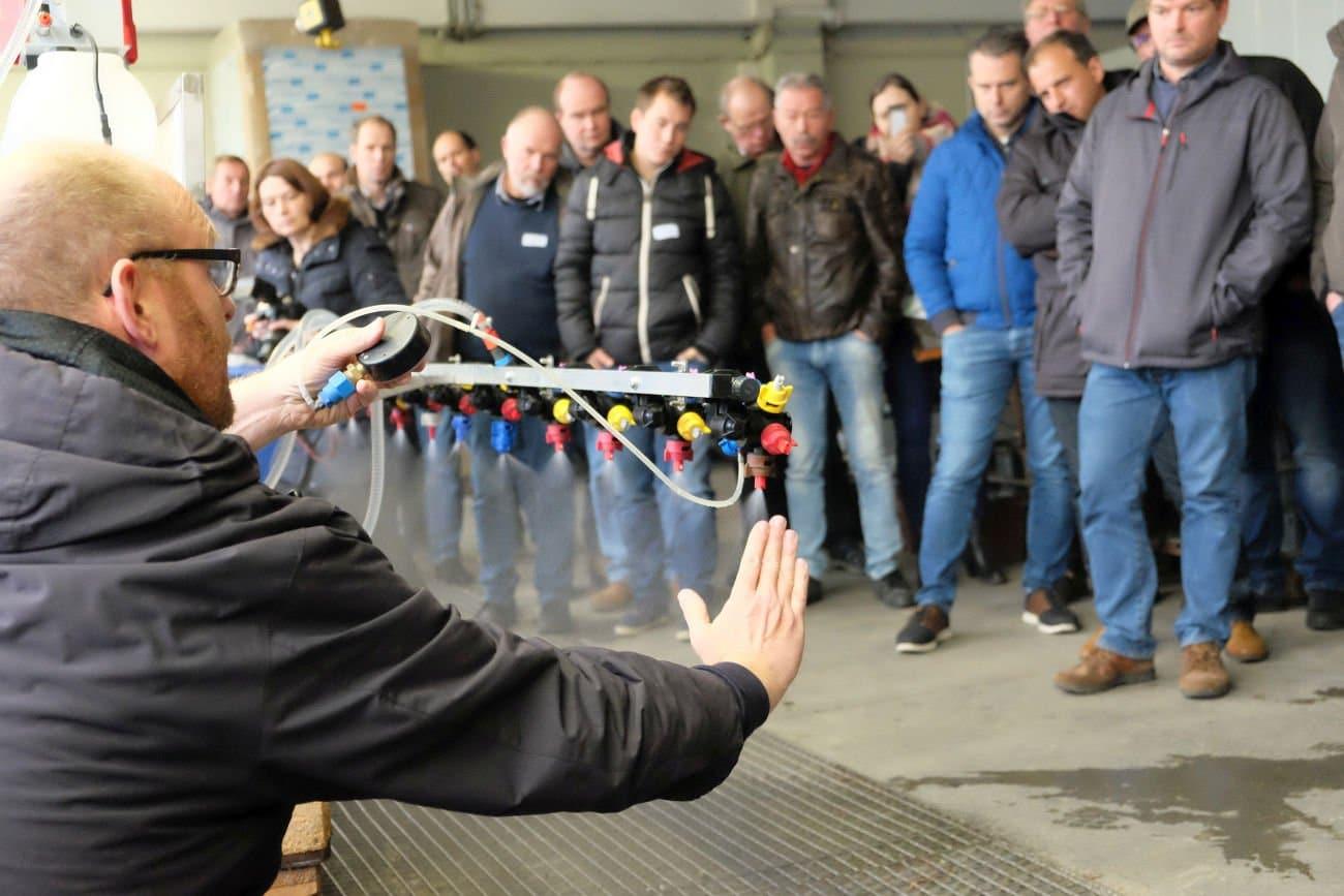 Harald Kramer zeigt Bewässerungssystem. Foto: Heike Sommerkamp