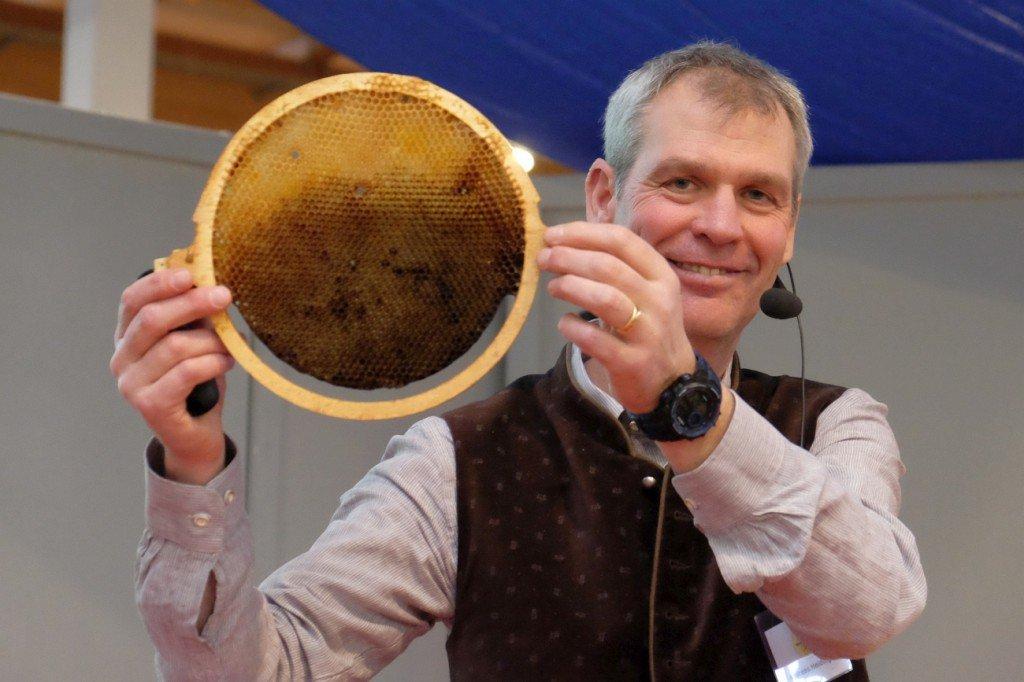 Andreas Heidinger präsentiert eine runde Wabe. Foto: Heike Sommerkamp